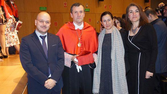 Jesús Navarro, Director del Departemento Jurídico de Galán & Asociados, entrega el premio Álvaro Bernad Sánchez